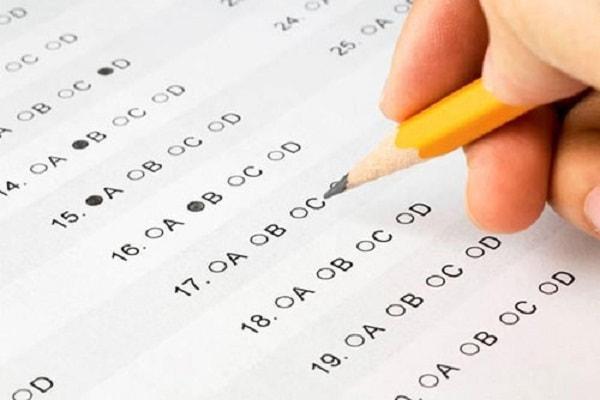 Không ít học sinh do bất cẩn mà tô nhầm đáp án