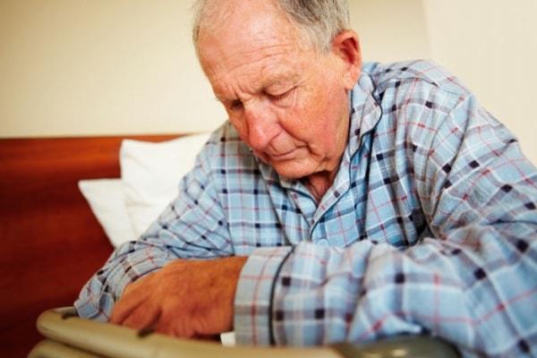 Người già dễ có nguy cơ mắc bệnh teo não 2