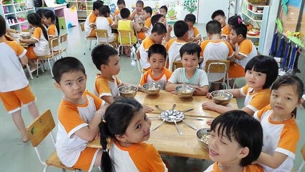 Chế độ dinh dưỡng rất quan trọng với trẻ khi học ở trường
