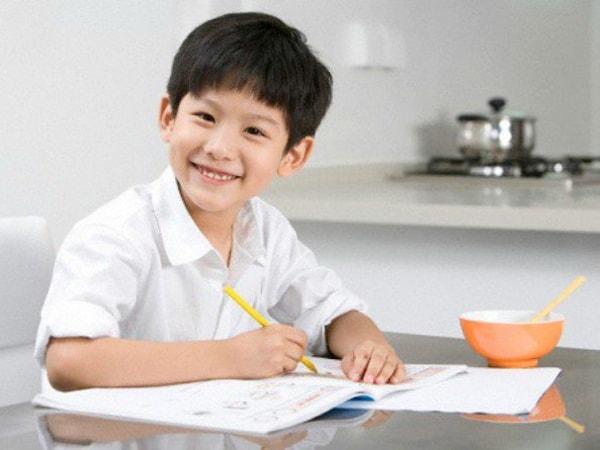 Cần dạy bé ngồi học đúng tư thế