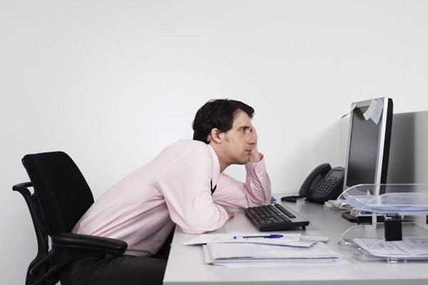 Tư thế ngồi không đúng và ít vận động là nguyên nhân gây ra các cơn đau vai gáy