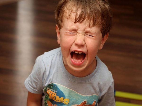 Trẻ khó chịu và thường xuyên quấy khóc