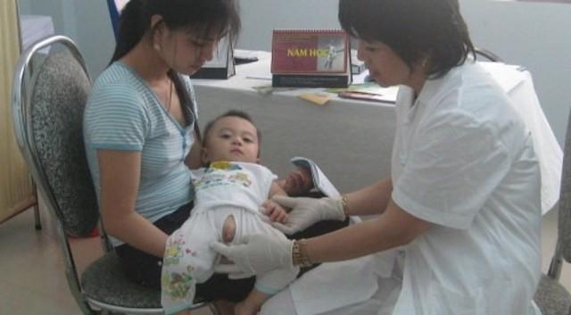 Nếu phát hiện bé bị hẹp bao quy đầu, mẹ nên đưa bé tới gặp bác sỹ