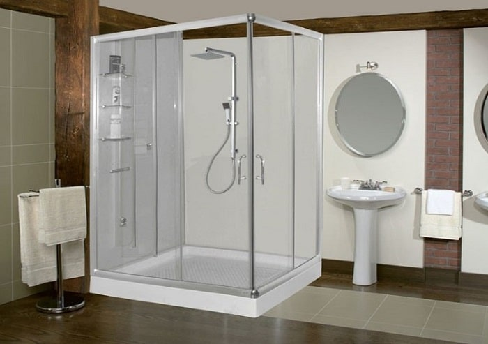 Nhà vệ sinh lớn với đầy đủ bồn tắm, bệ rửa tay, buồng tắm đứng