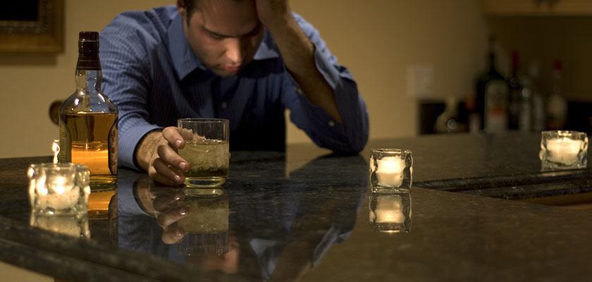 Mất nước là nguyên nhân chính gây ra hiện tượng nhức đầu khi uống rượu