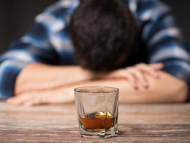 Uống rượu bị nôn liên tục làm mất nước cơ thể