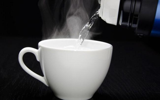 Uống rượu bị nôn liên tục nên bổ sung uống nhiều nước ấm