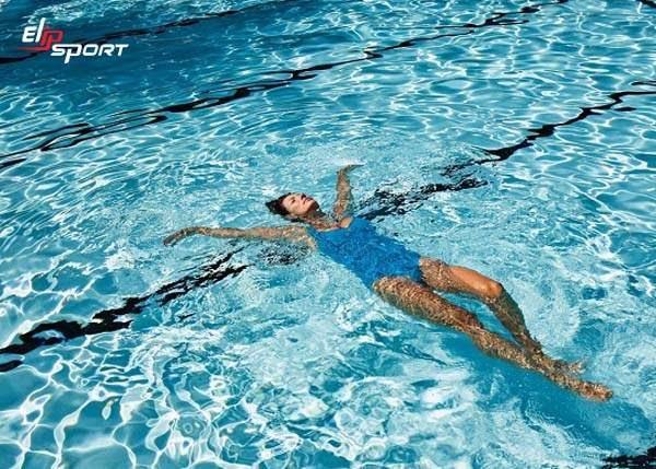 Cách bơi giúp tăng chiều cao với kiểu bơi ngửa